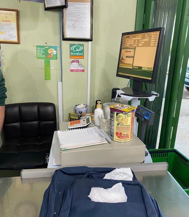 Dois homens armados roubam cerca de R$ 900 de supermercado