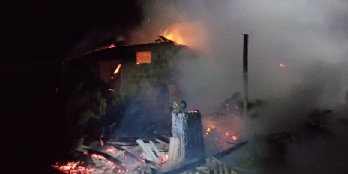 Galpão é consumido pelo fogo no interior de São Domingos