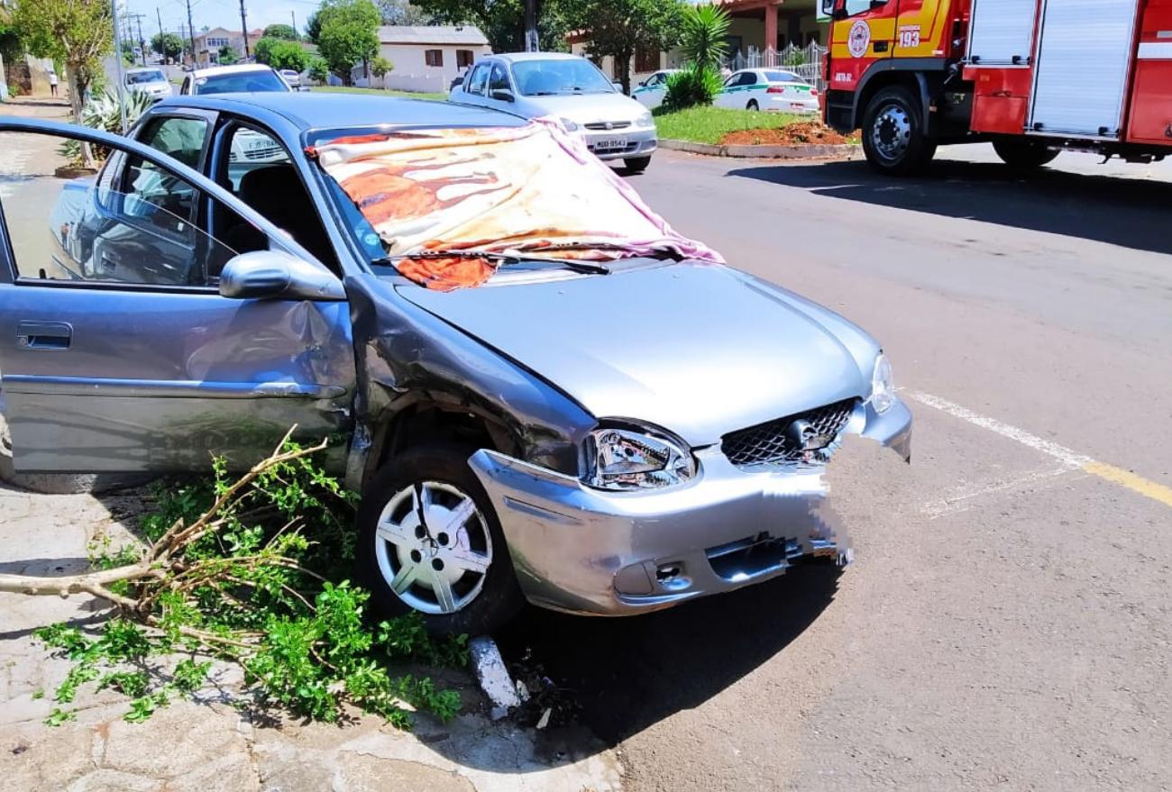 Motorista fica ferido após colisão entre veículos de passeio