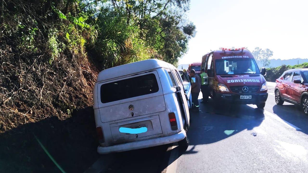 Três pessoas ficam feridas em colisão entre kombi e caminhão na BR-282