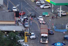 Carreta de Xanxerê fica sem freios e atinge carro, em Capinzal