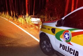 Após sair da pista veículo colide em árvore na SC-155