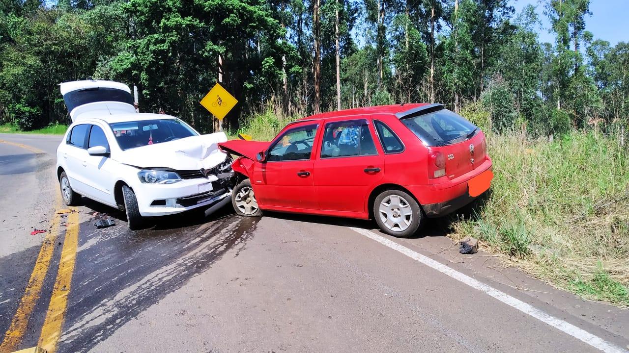 Três pessoas são conduzidas ao hospital após colisão frontal entre veículos