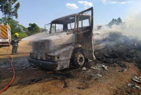 Caminhoneiro sofre queimaduras nas mãos e costas após incêndio consumir veículo