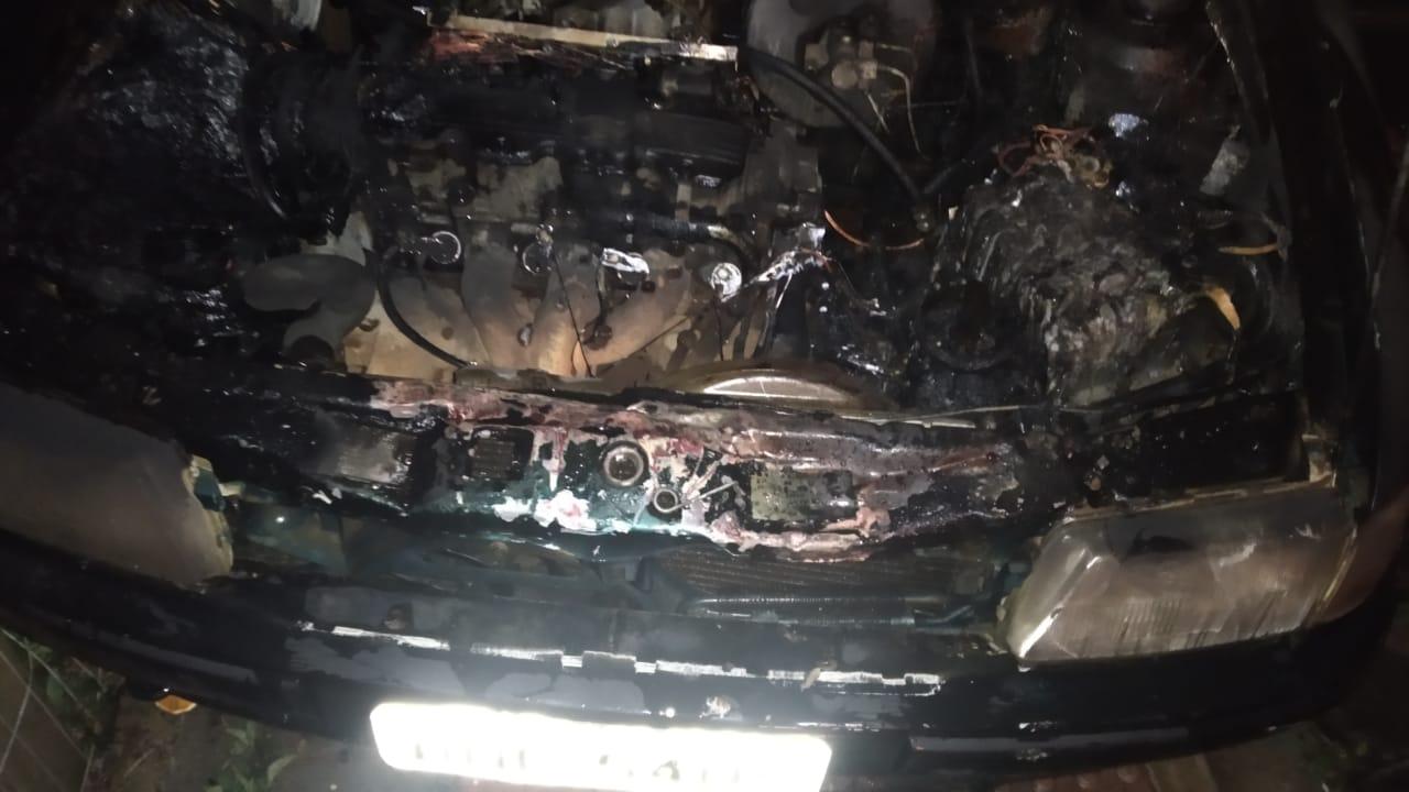 Carro é totalmente consumido por incêndio