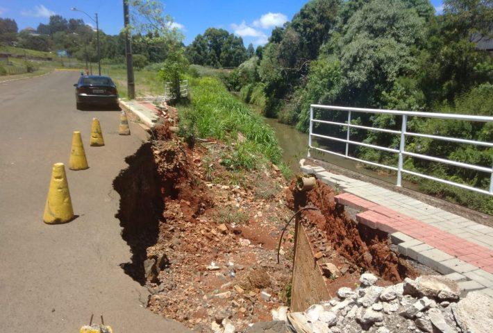 Contratada empresa para consertar cratera que se abriu na rua Coronel Passos Maia