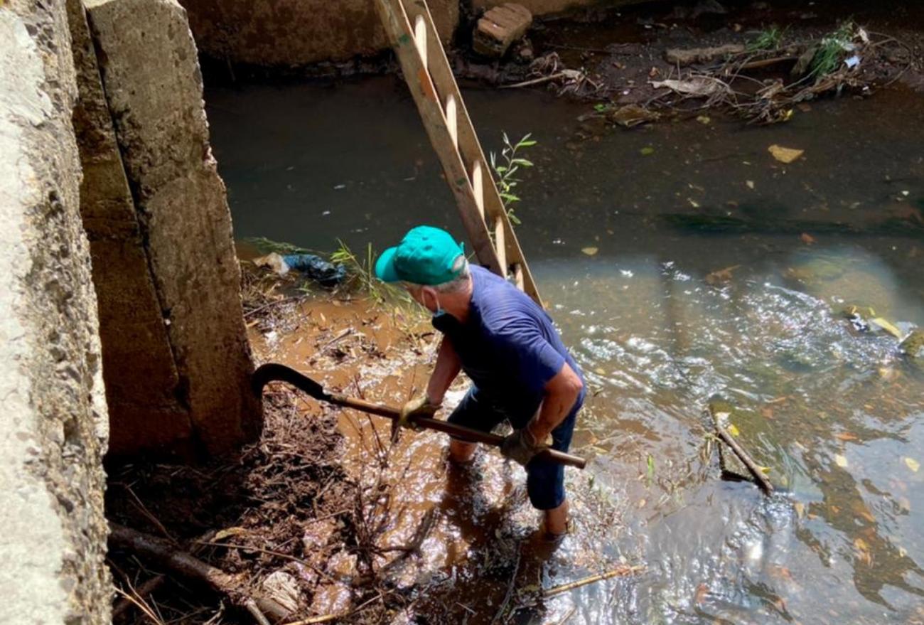 Trabalho reconhecido: servidor público limpa rio para evitar alagamento e ganha elogios dos moradores