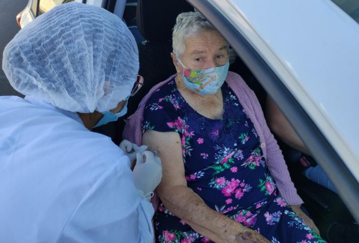 Mais de 200 idosos recebem primeira dose da vacina contra a Covid-19, em Xanxerê