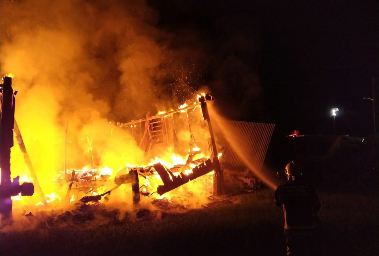 Casa é completamente destruída por incêndio durante a madrugada