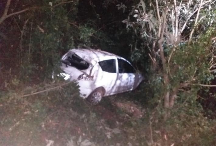 Motorista sofre ferimentos na cabeça após veículo despencar de ribanceira na BR-282