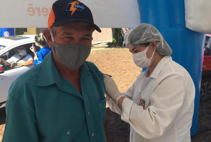 Vídeo: idosos de 65 anos recebem vacina contra à Covid-19 em Xanxerê