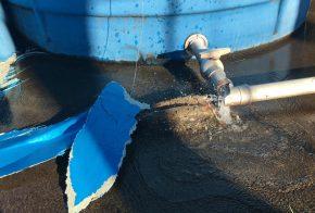 Caixa d'água estoura e alaga residências no Bairro Vila Sésamo