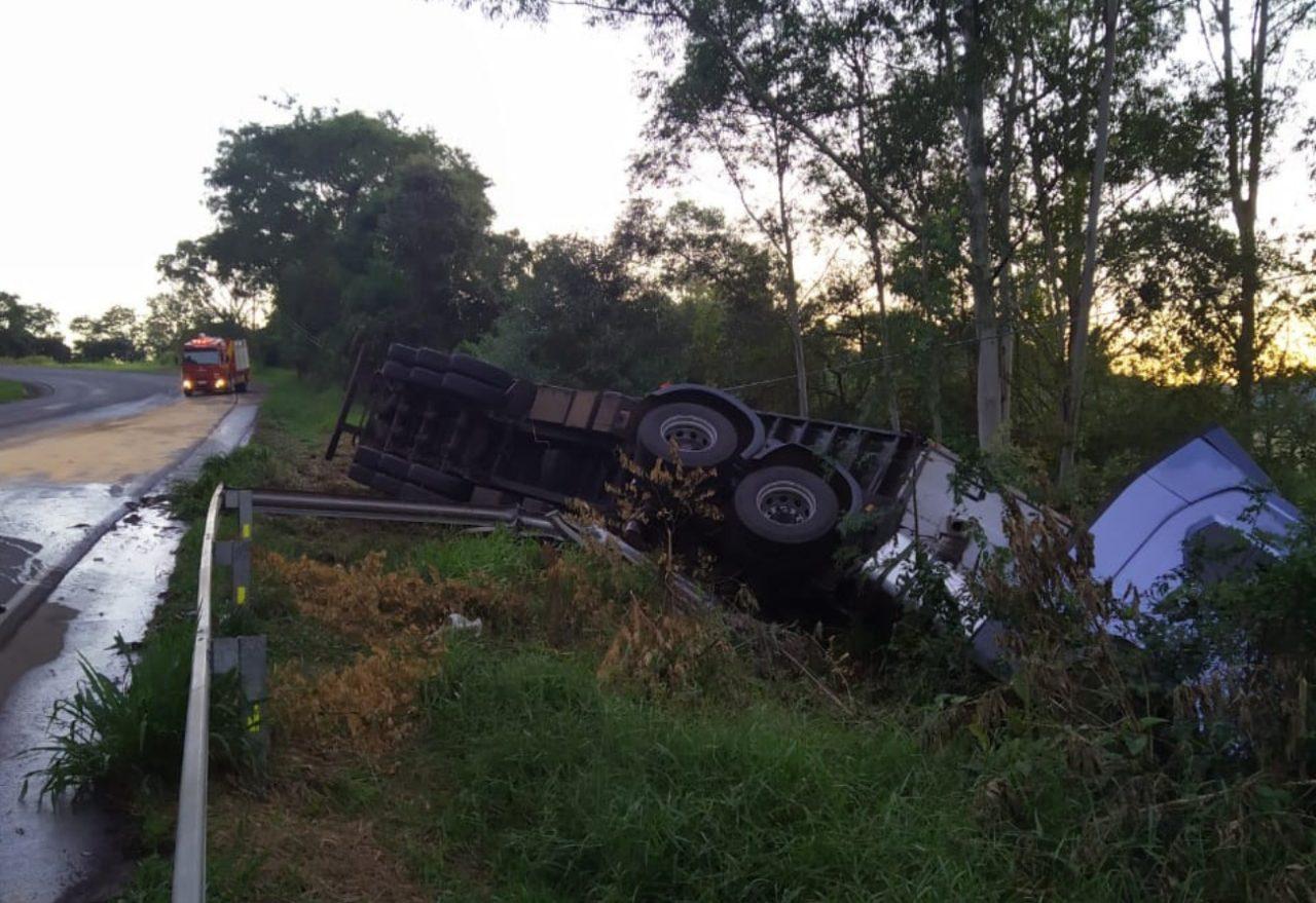 Motorista é socorrido após carreta tombar em rodovia estadual