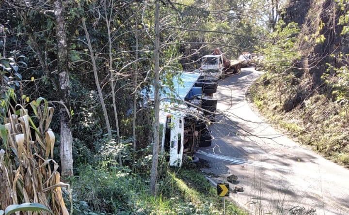 Acidente: carreta tomba na SC-155 e trânsito fica congestionado