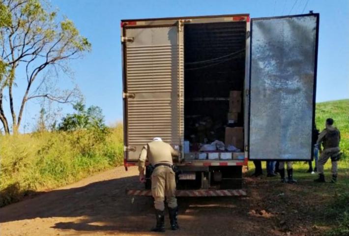 Bandidos que roubaram caminhão com armas são presos