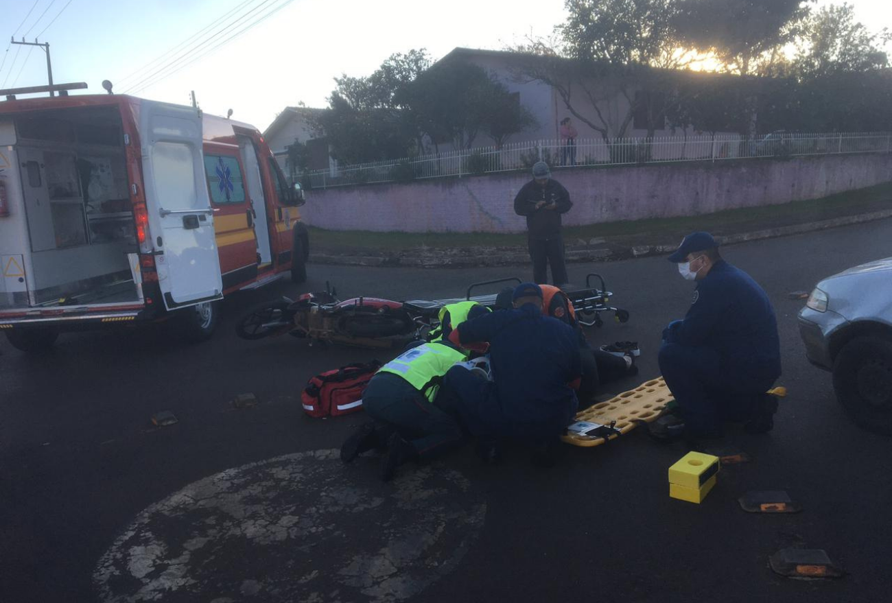 Colisão entre moto e carro no bairro Nossa Senhora de Lourdes deixa mulher ferida