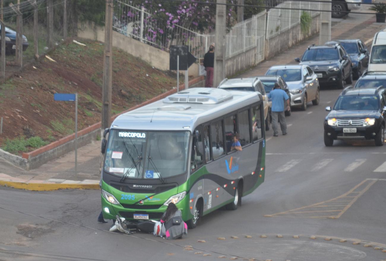 Motocicleta para embaixo de ônibus em colisão no centro de Xanxerê