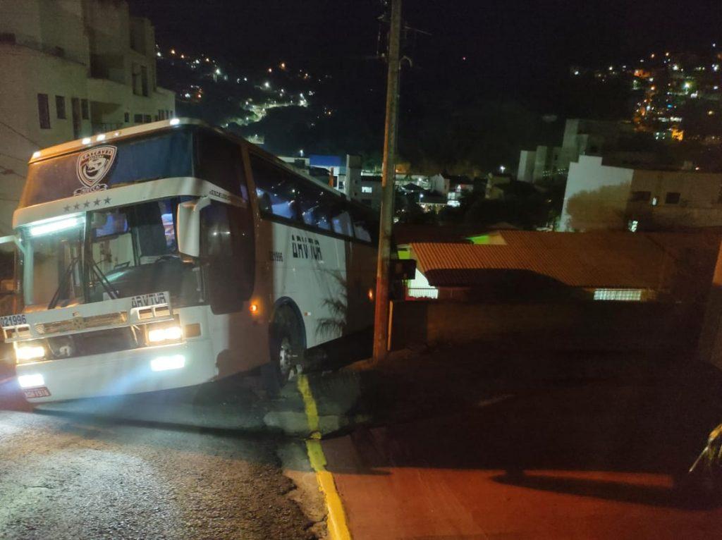 Ônibus ocupado por 23 pessoas quase atinge residência, em Seara