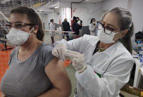 Pessoas com 58 e 59 anos são imunizadas contra a Covid-19 em Xanxerê