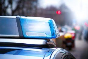 Homem é preso após agredir companheira e atirar pedras no seu veículo