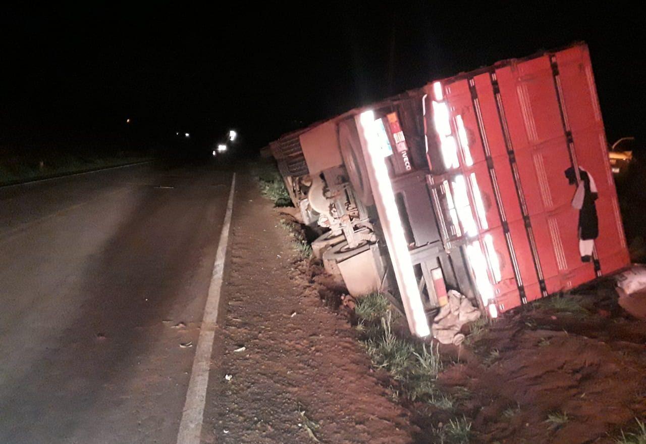 Caminhão sai da pista e tomba na SC-480
