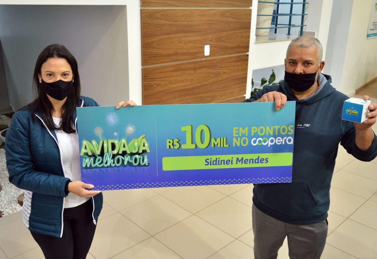 Cooperado da campanha do Sicoob é premiado com R$10 mil e retira prêmio, em Xanxerê