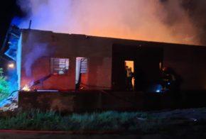 Bombeiros controlam incêndio em barracão de empresa