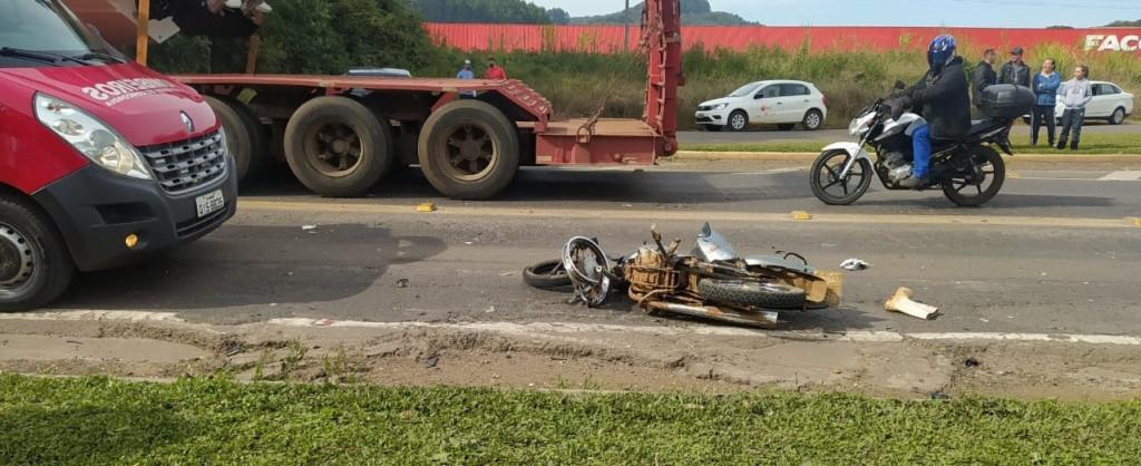 Motociclista morre após se envolver em acidente com carreta no Oeste