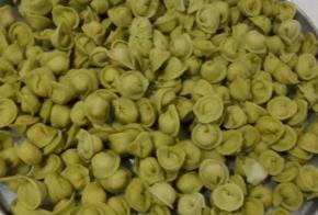 Beterraba, cenoura e espinafre: mulher faz sucesso com a produção de agnolines diferentes