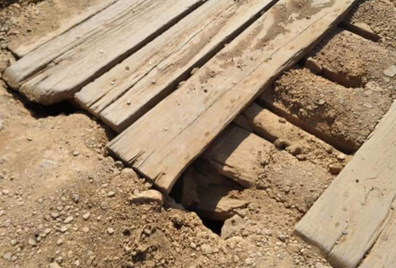 Descaso: trabalhadores precisam descer de ônibus e atravessar a pé ponte de madeira. Veja o vídeo!