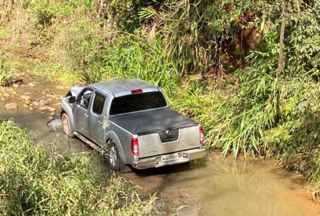 Motorista perde controle da direção e veículo cai em rio