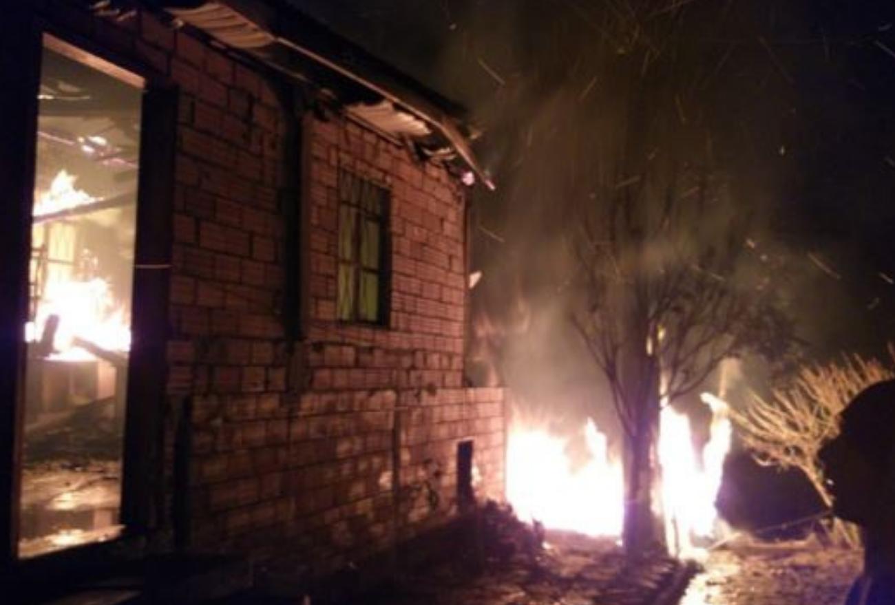 FOTOS: incêndio consome quatro casas em Ponte Serrada