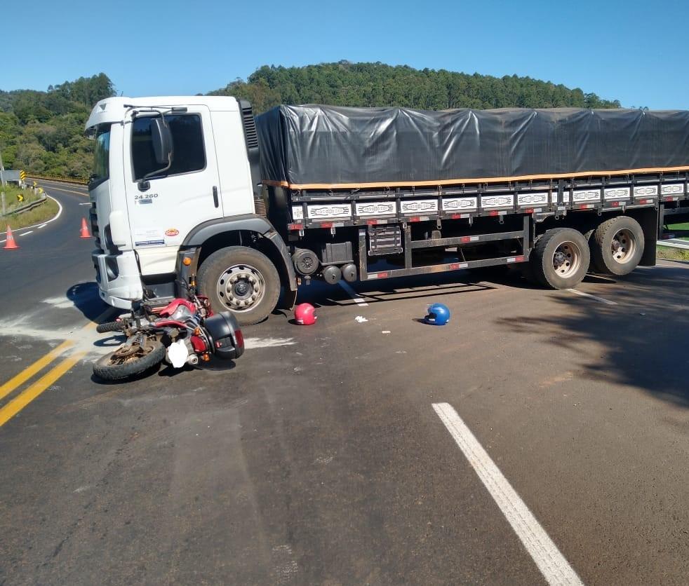 Condutor de motocicleta morre em colisão com caminhão em rodovia estadual