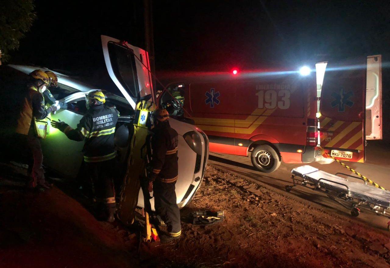 Condutor de carro de passeio fica ferido após saída de pista seguida de capotamento
