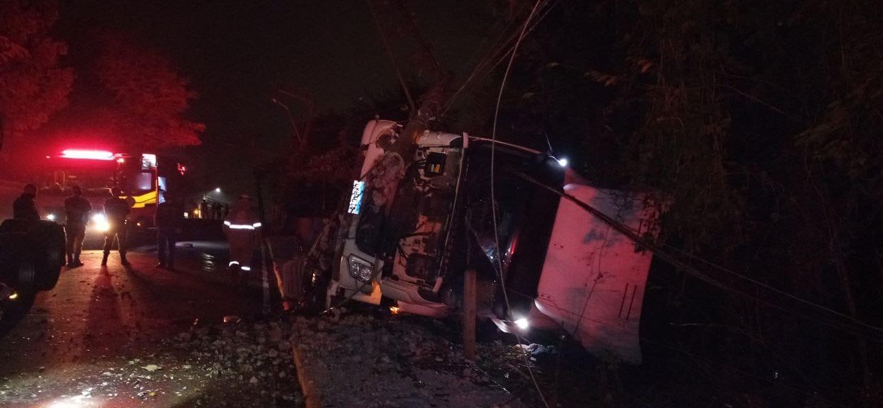 Caminhão tomba e incendeia após atingir postes de energia