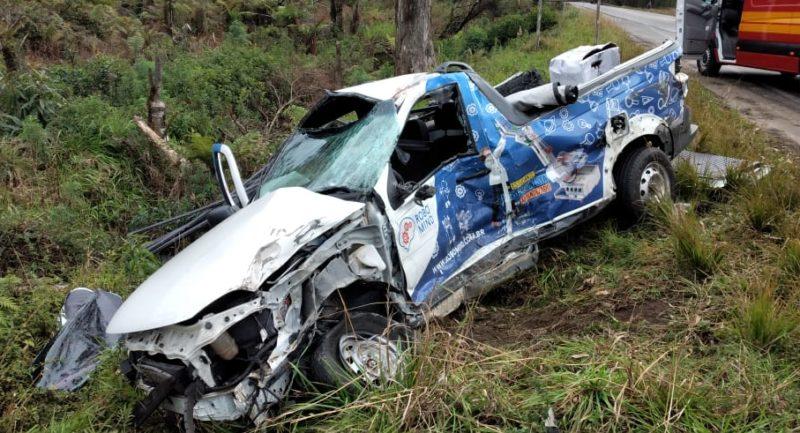 Jovem de 24 anos morre após violenta colisão contra caminhão