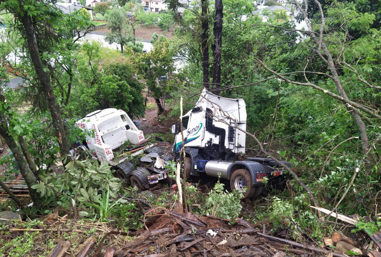 Caminhão sem freio cai em ribanceira, em Formosa do Sul