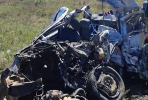 Quatro pessoas morrem em violenta colisão entre carro e carreta, no Oeste