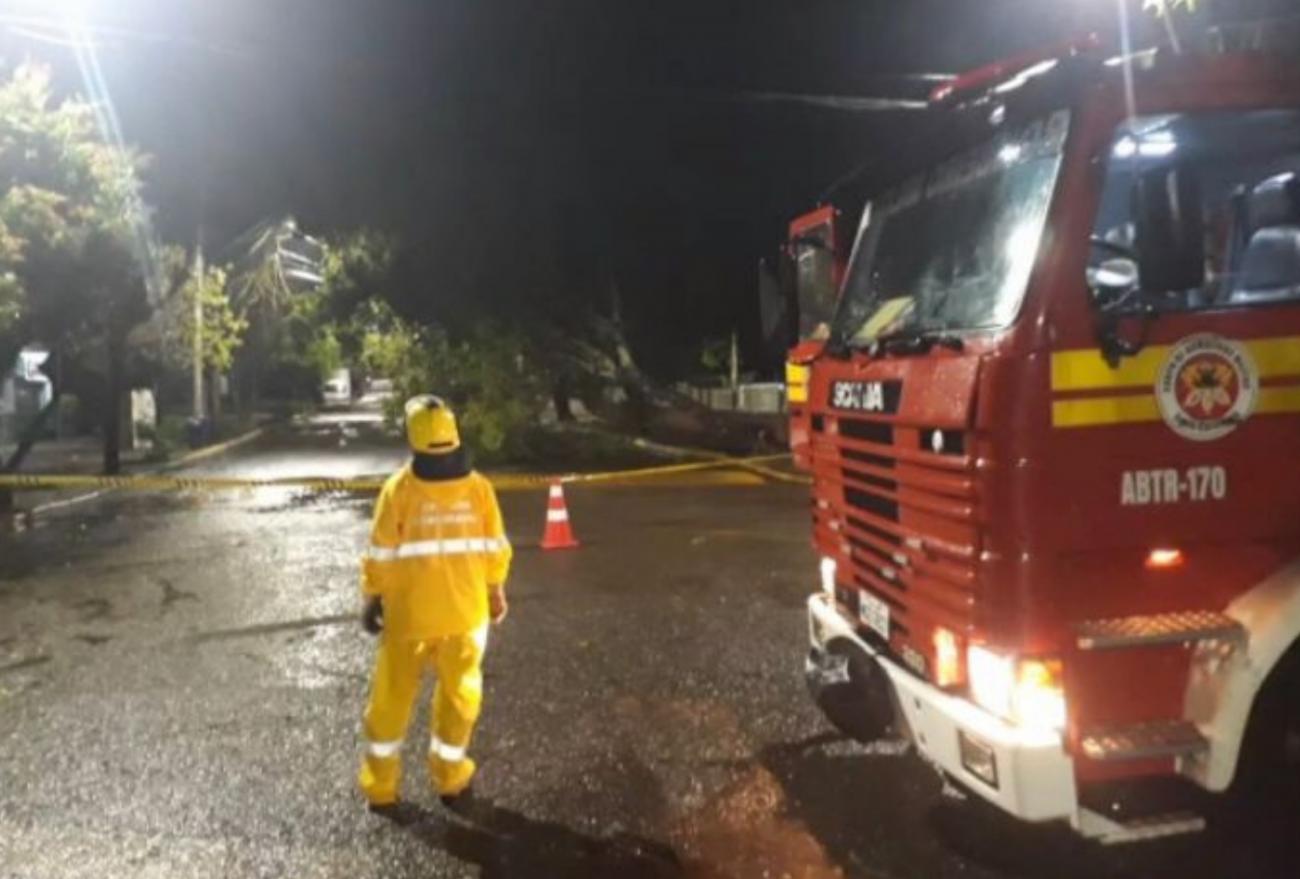 Vídeo: fortes chuvas causam estragos na região