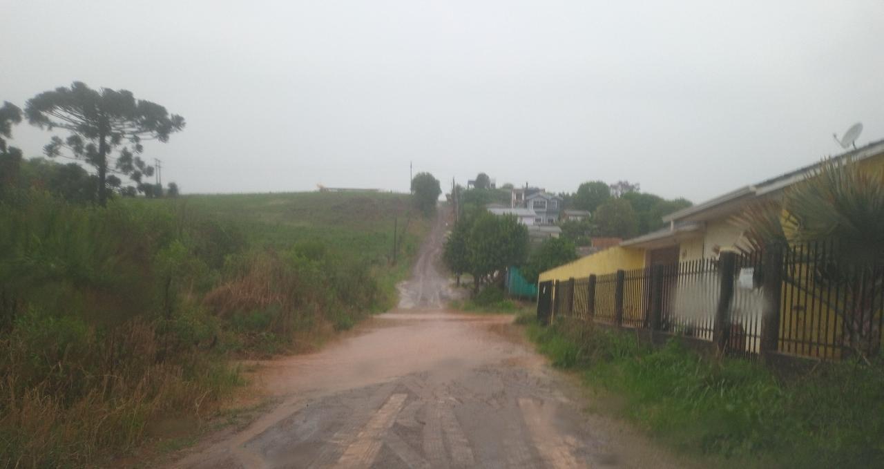 Família tem casa alagada devido às chuvas no Bairro Leandro