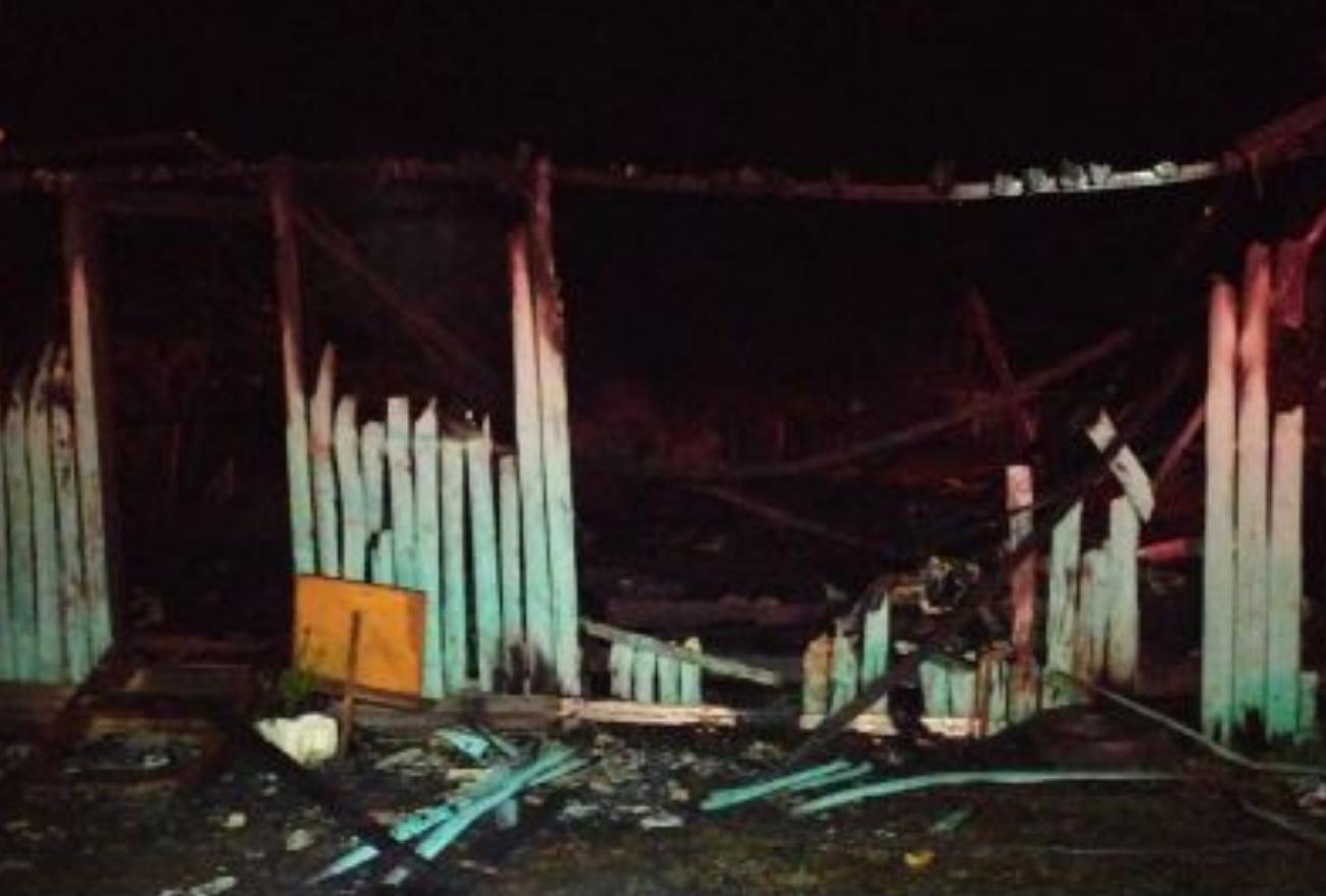 Casa é consumida por incêndio, em Faxinal dos Guedes