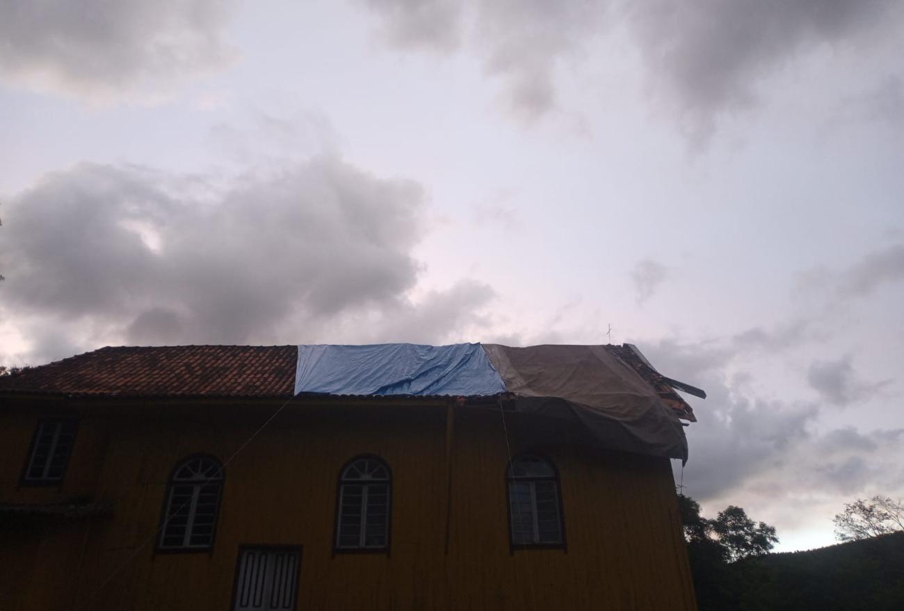 Igreja tombada como Patrimônio Histórico recebe cobertura de lona após temporal
