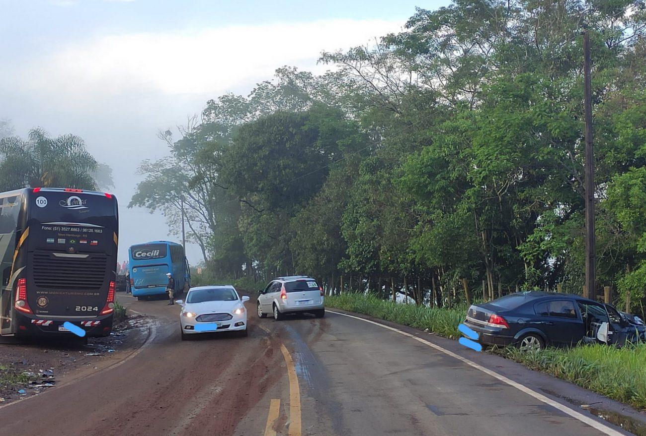 Carro e ônibus colidem em rodovia estadual, em Quilombo