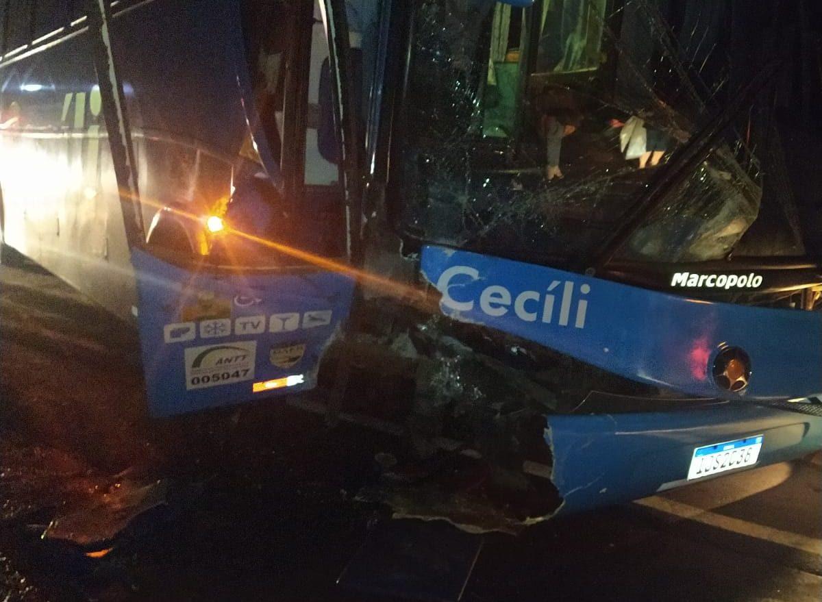 Carro e ônibus colidem em rodovia estadual, no Oeste